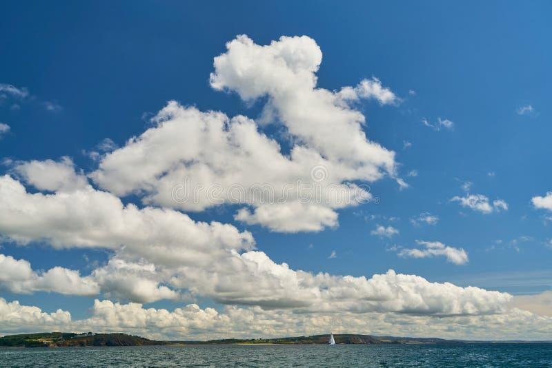 Blauwe hemel met wolken over de Atlantische Oceaan stock foto