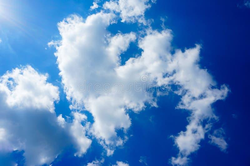 Blauwe hemel met wolkenachtergrond stock foto's