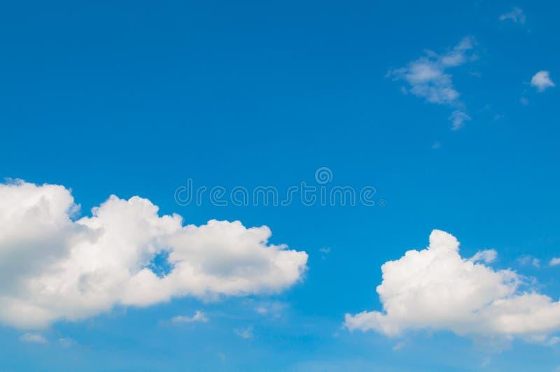 Blauwe hemel met wolkenachtergrond Mooie natuurlijk van hemelsamenvatting of achtergrond Zacht beeld stock foto