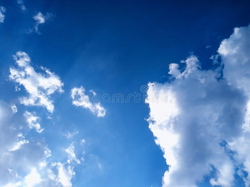 Blauwe hemel met wolkenachtergrond Selectieve nadruk De ruimte van het exemplaar stock foto's