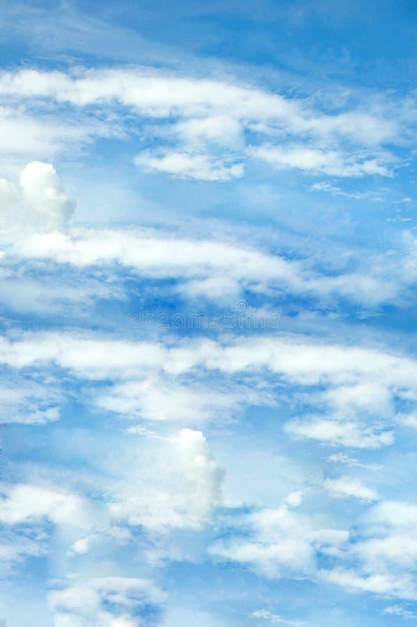 Blauwe hemel met wolkenverticaal stock afbeelding