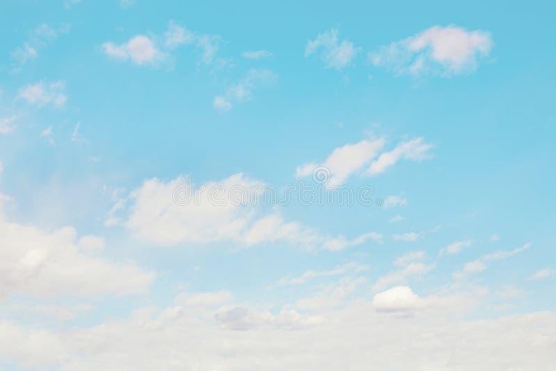Blauwe Hemel met Zachte Witte Wolken stock afbeeldingen
