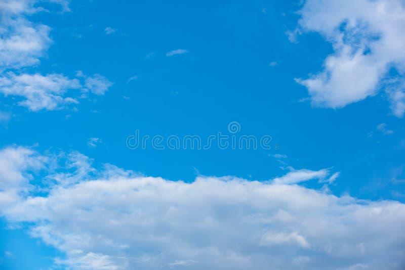 Blauwe hemel met zachte wolkenachtergrond stock foto