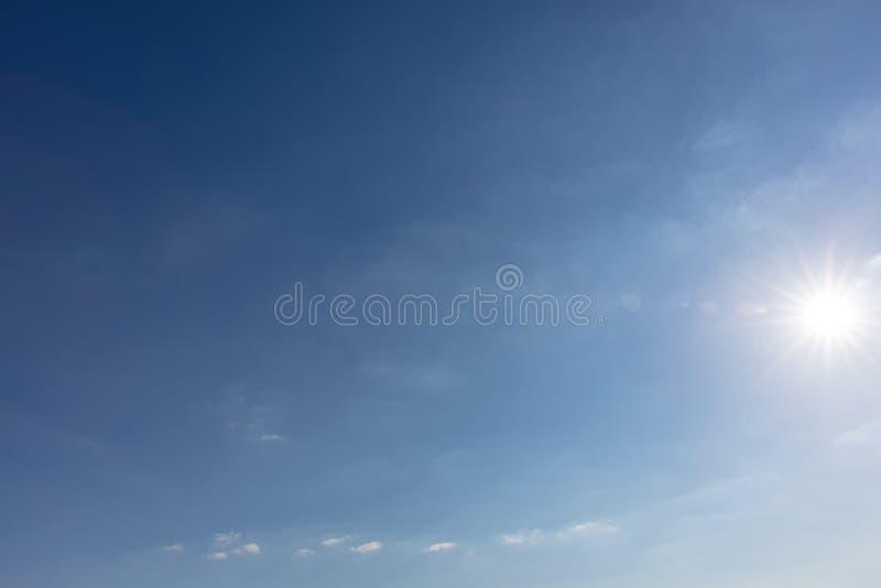 Blauwe hemel met zon en weinig wolken royalty-vrije stock foto's