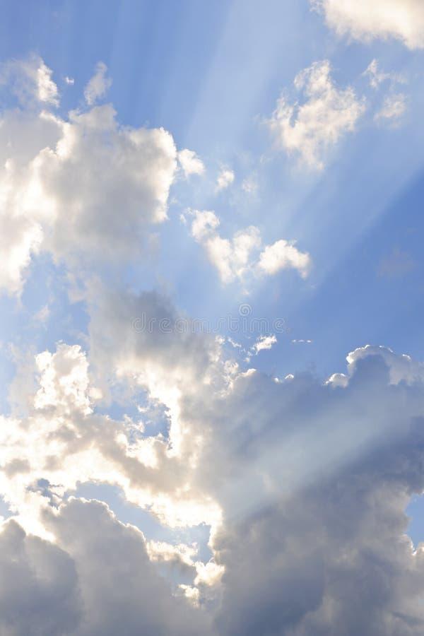 Blauwe hemel met zonstralen stock foto's