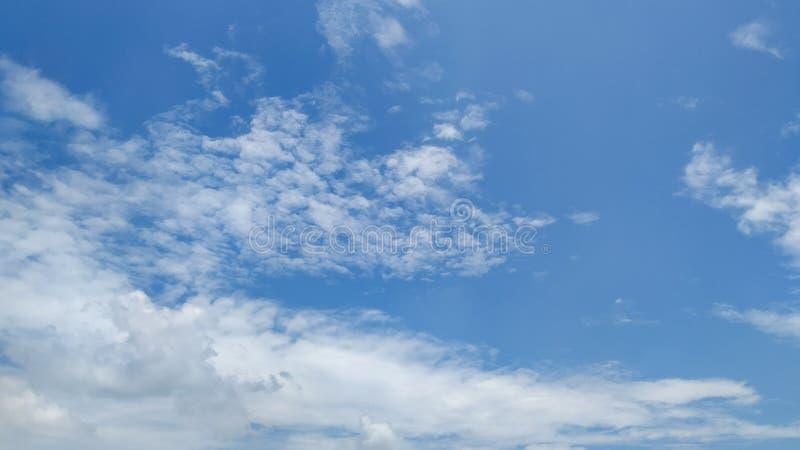 Blauwe hemel na het regenen stock afbeelding