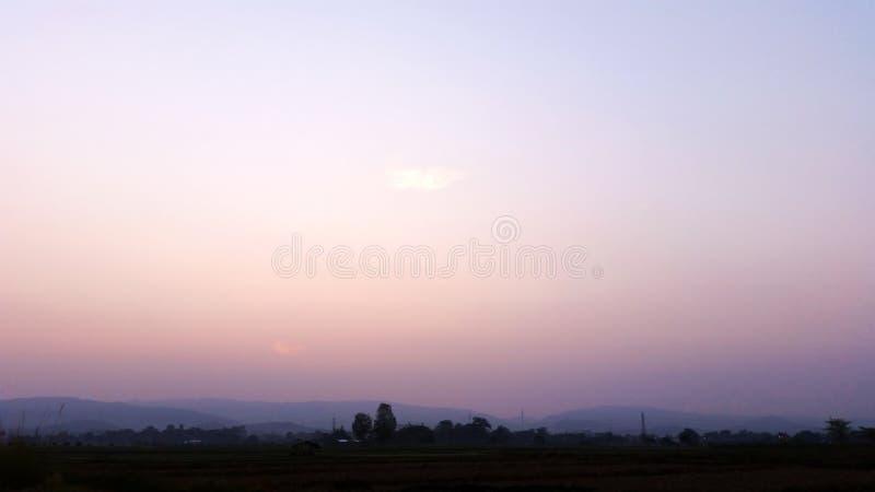 Blauwe hemel Natuurlijke omgeving in de ochtend in Thailand Royalievrije voorraadfoto stock foto