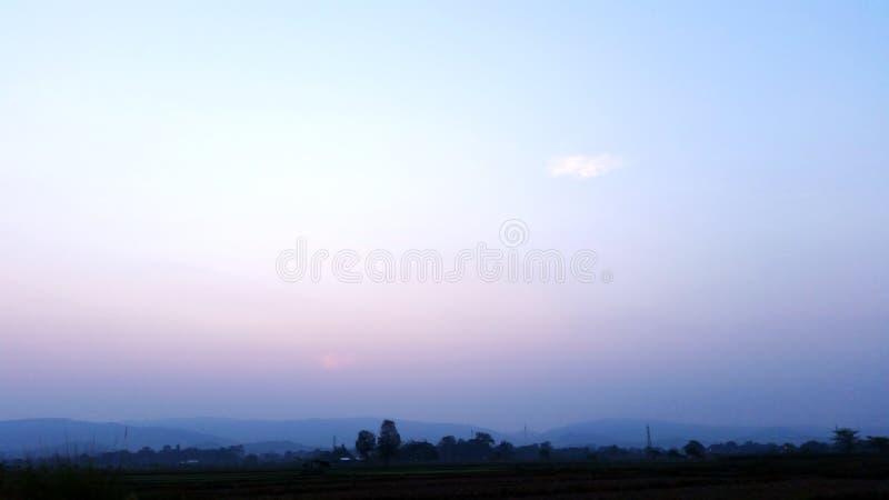 Blauwe hemel Natuurlijke weergave elke ochtend Rijstvelden die beginnen te drogen nadat de landbouwer de oogst heeft beëindigd Ro royalty-vrije stock afbeelding