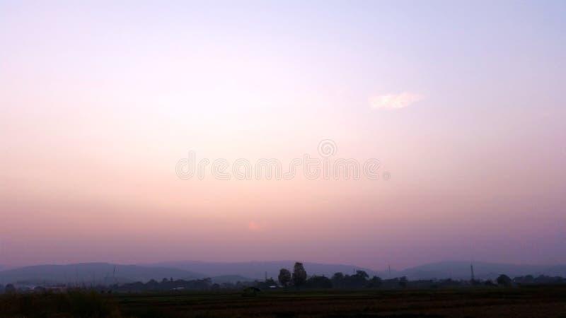 Blauwe hemel Natuurlijke weergave elke ochtend Rijstvelden die beginnen te drogen nadat de landbouwer de oogst heeft beëindigd Ro royalty-vrije stock foto's