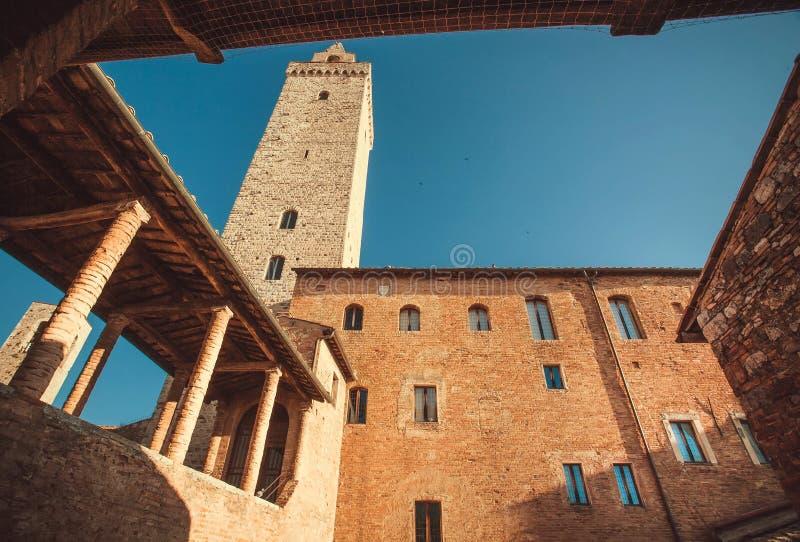 Blauwe hemel over baksteentoren de stad van van San Gimignano, Toscanië Italiaanse provincie De Plaats van de Erfenis van de Were stock fotografie