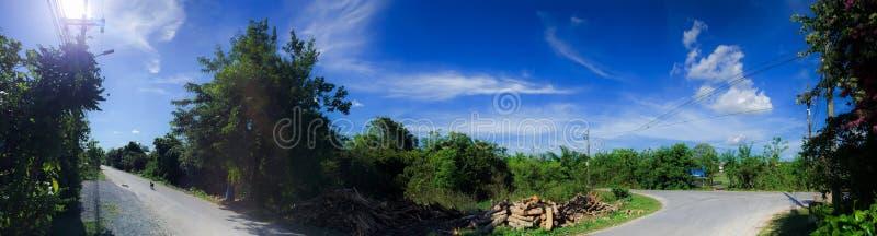 Blauwe hemel over de landweg in Thailand royalty-vrije stock afbeelding