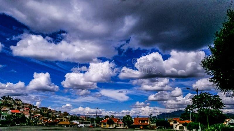 Blauwe hemel over de stad stock foto's