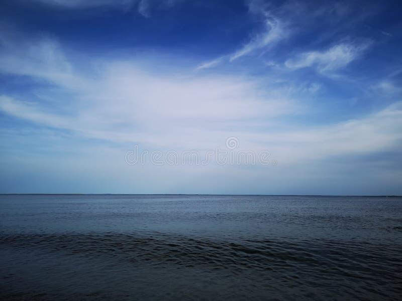 Blauwe hemel over oceaan stock foto's