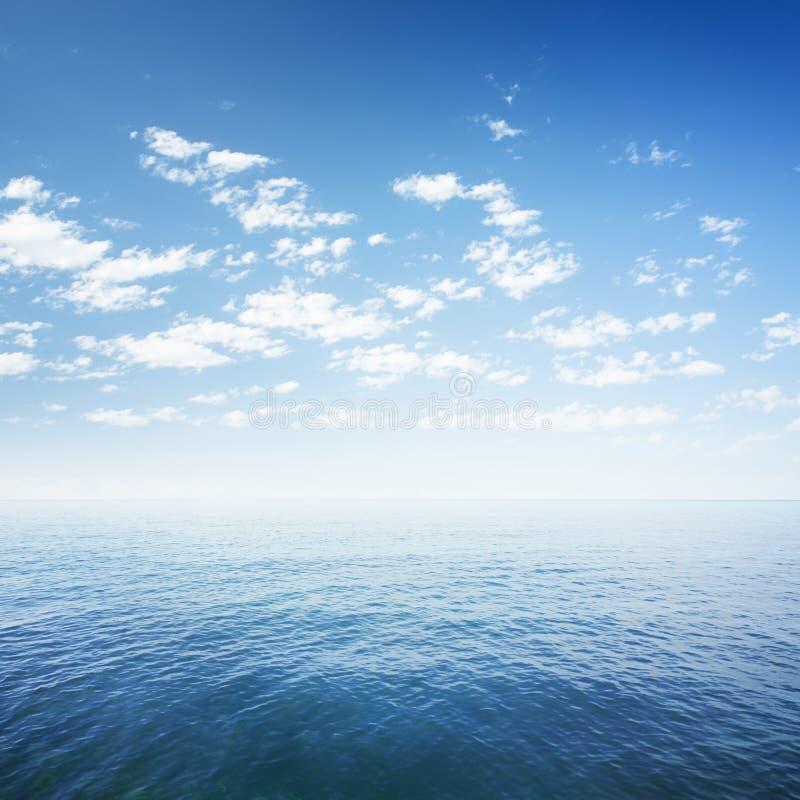 Blauwe hemel over overzees of oceaanwater royalty-vrije stock afbeelding