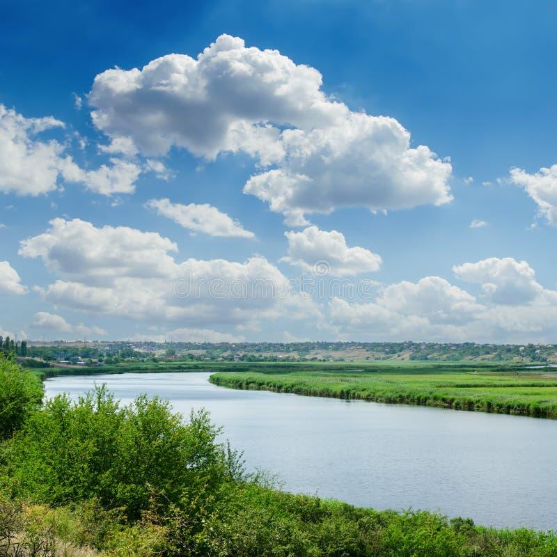 Blauwe hemel over rivier royalty-vrije stock foto