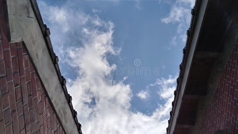 Blauwe hemel tussen twee oude huizen, Taiwan royalty-vrije stock afbeelding