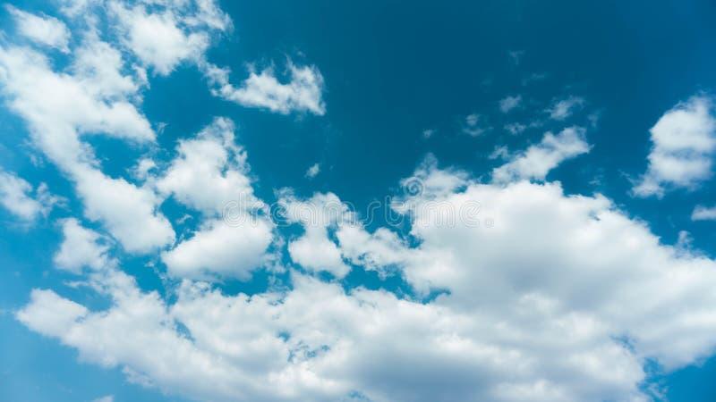 Blauwe hemel, witte wolken, perfect contrast royalty-vrije stock foto