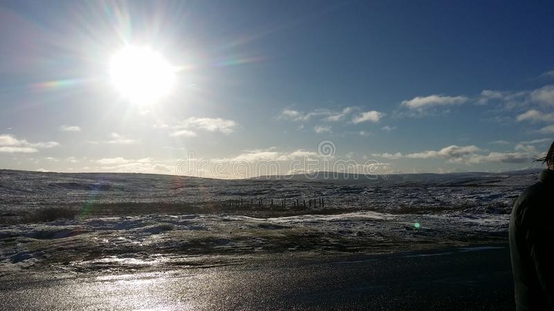Blauwe hemel, zonnige dag en sneeuw zeer mooie dag stock foto