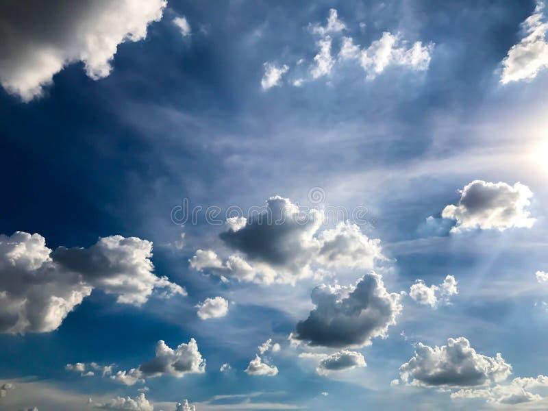 Blauwe hemelachtergrond stock foto's