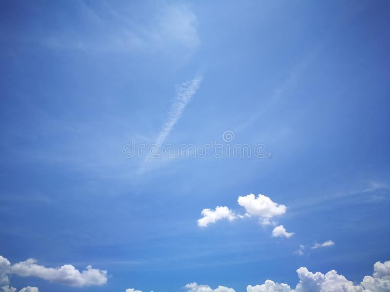 Blauwe hemelachtergrond en witte wolken zachte nadruk royalty-vrije stock foto's