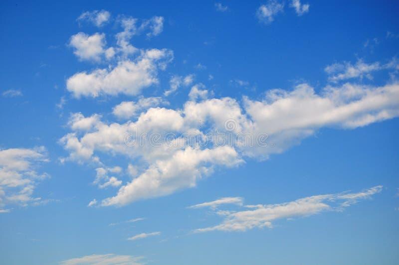 Blauwe hemelachtergrond met uiterst kleine wolken Blauwe mooie hemel royalty-vrije stock afbeeldingen