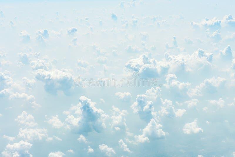 Blauwe hemelachtergrond met wolken royalty-vrije stock afbeeldingen