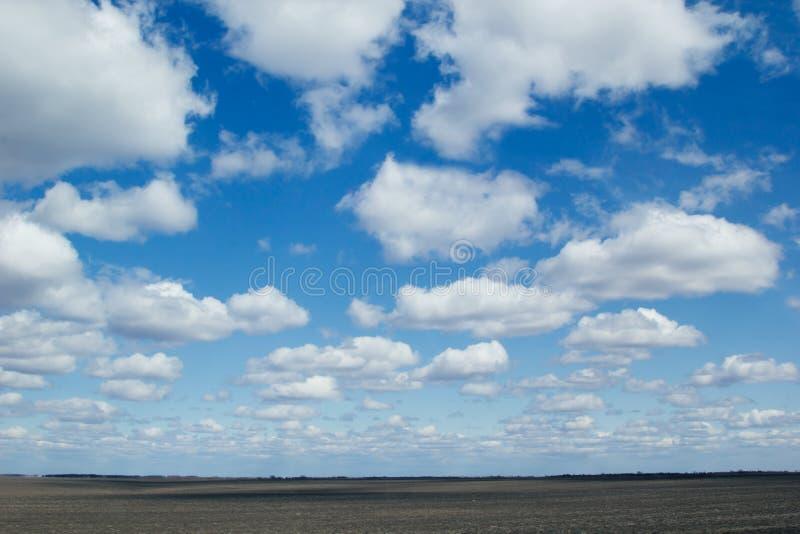 Blauwe hemelachtergrond met zacht zijdeachtig wolken en gebied royalty-vrije stock fotografie