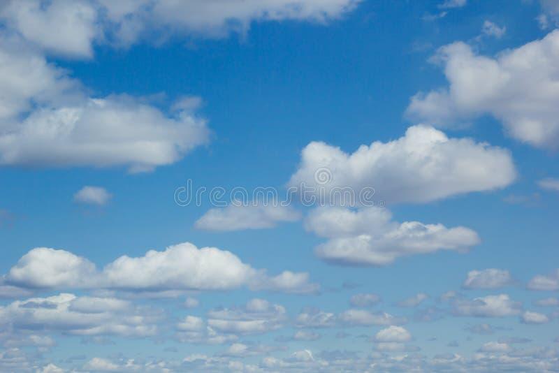 Blauwe hemelachtergrond met zachte zijdeachtige wolken stock afbeeldingen