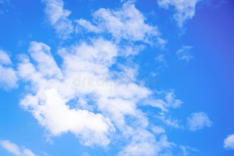 Blauwe hemelachtergrond Mooie hemel met witte wolken royalty-vrije stock afbeelding
