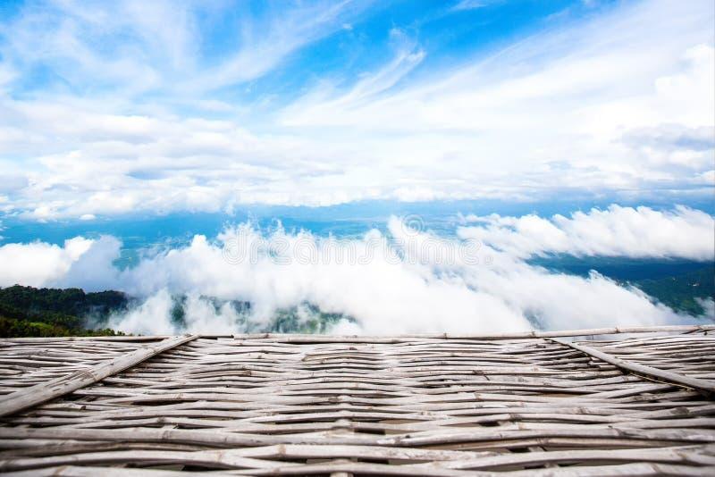 Blauwe hemelachtergronden en Houten Vloer houten pijlerhemel met wolken stock fotografie