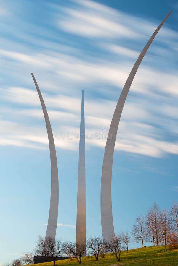 Blauwe hemelochtend bij het de Luchtmachtgedenkteken van Verenigde Staten, Arlington, Virginia stock foto's