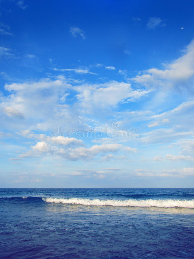 Blauwe hemelwolk en overzees royalty-vrije stock afbeelding