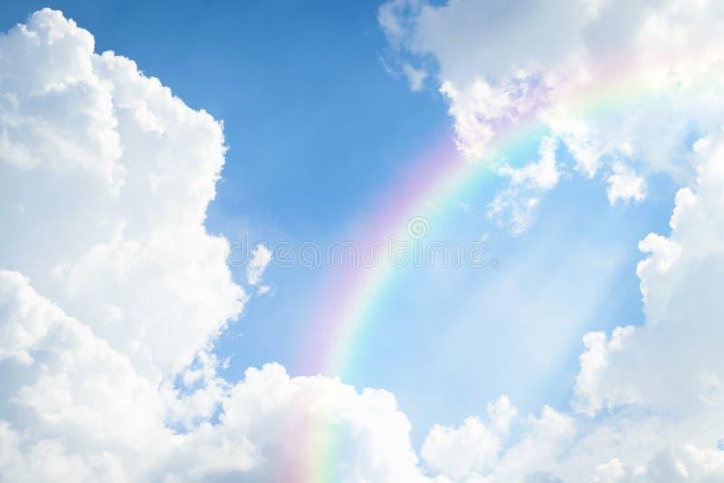 Blauwe hemelwolk met regenboog royalty-vrije stock afbeelding