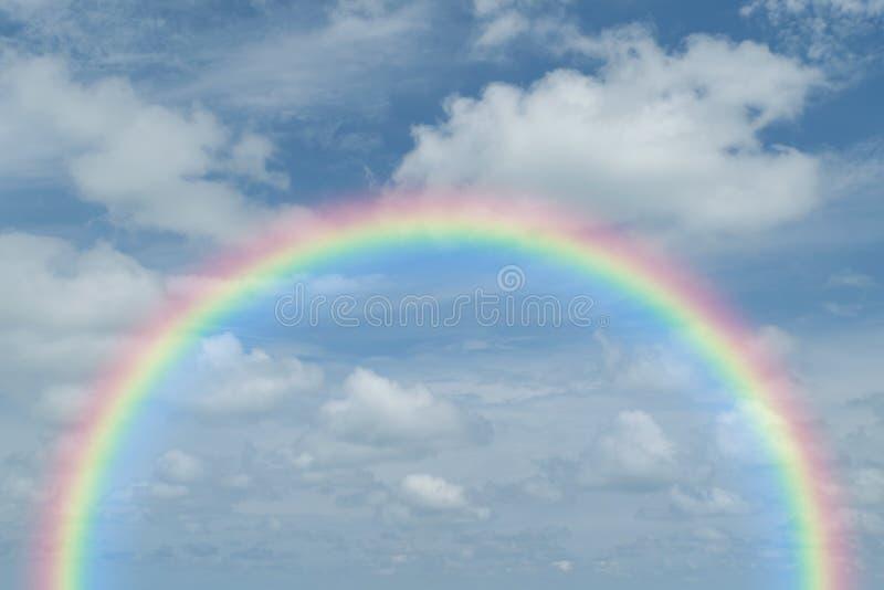 Blauwe hemelwolk met regenboog stock afbeelding