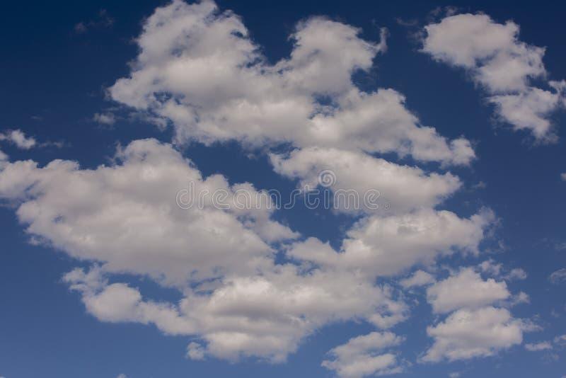 Blauwe hemelwolken over Nationaal Park in de hemel van Californië en van Nevada Verenigde Staat van Amerika royalty-vrije stock foto's