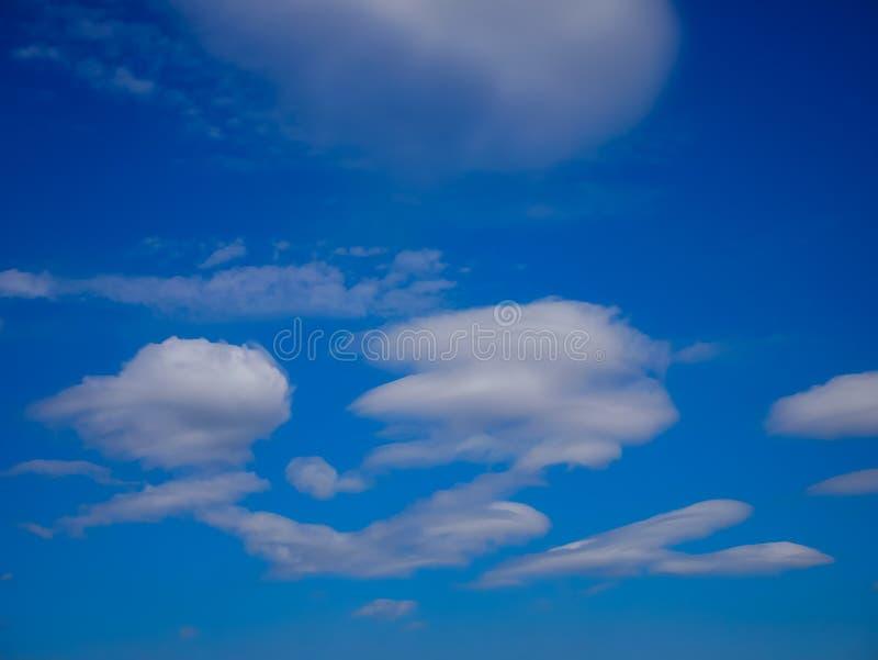 Blauwe het bewegen zich en het geldopties van Hemelwolken royalty-vrije stock afbeelding