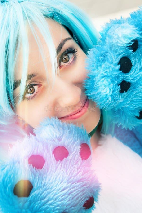 Blauwe het haarkostuum en poot van het Cosplaymeisje Intense Ogen stock afbeelding