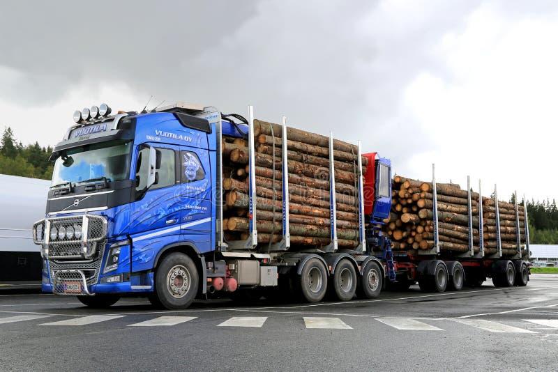 Blauwe het Houtvrachtwagen van Volvo FH16 700 met Logboekaanhangwagen stock foto's
