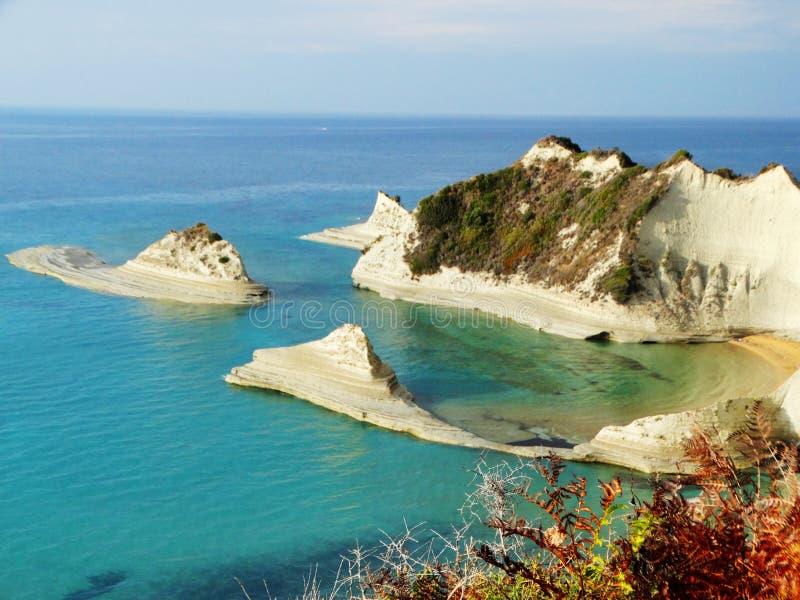 Blauwe het landschaps Ionische overzees van de lagunekust op het eiland van Korfu stock foto