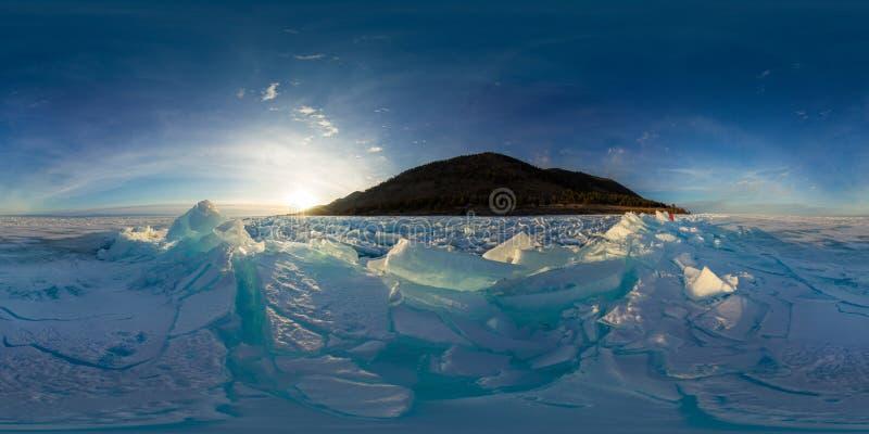Blauwe heuveltjes van het ijs Baikal bij zonsondergang Sferische vr 360 180 graden panorama royalty-vrije stock foto