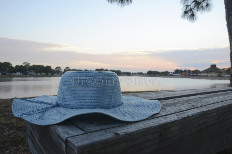 Blauwe Hoed op Bank bij Zonsondergang stock afbeelding