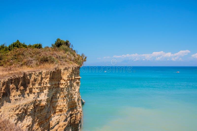 Blauwe Holen in het noordelijke deel van het eiland van Zakynthos, Griekenland Verbazende mening aan azuurblauwe duidelijke water stock foto's