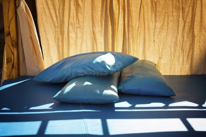 Blauwe hoofdkussens op een bed voor rust royalty-vrije stock foto's