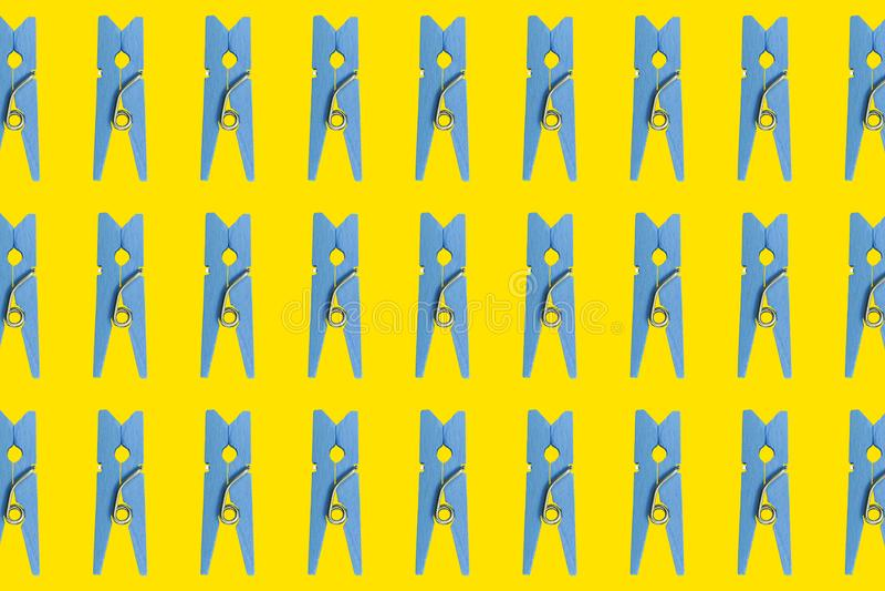 Blauwe houten wasknijpers op een gele achtergrond Kleren-pin inzameling Reeks van blauwe houten kleurrijke wasknijper Blauwe wask stock illustratie