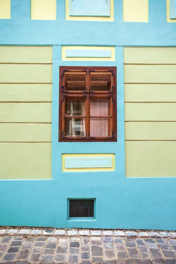 Download Blauwe Huisvoorgevel Met Houten Venster Van Sighisoara-stads Oud Ce Redactionele Stock Foto - Afbeelding bestaande uit facade, roze: 54077108