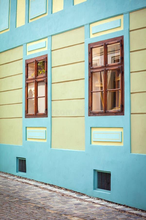 Download Blauwe Huisvoorgevel Met Houten Vensters Van Sighisoara-stad Oud C Redactionele Foto - Afbeelding bestaande uit openlucht, roemenië: 54077156