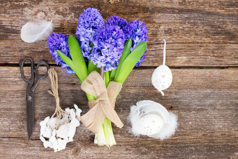 Blauwe hyacint en Pasen-opstelling royalty-vrije stock fotografie