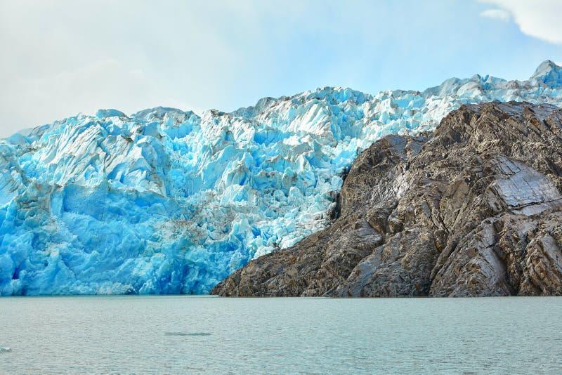 Blauwe ijsbergen in Grey Glacier in Torres del Paine stock foto's