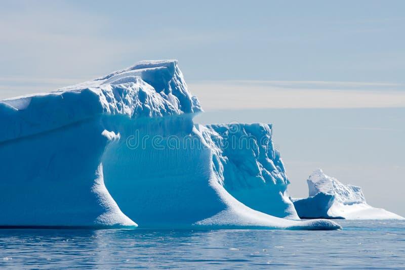 Blauwe ijsbergen op drift stock fotografie