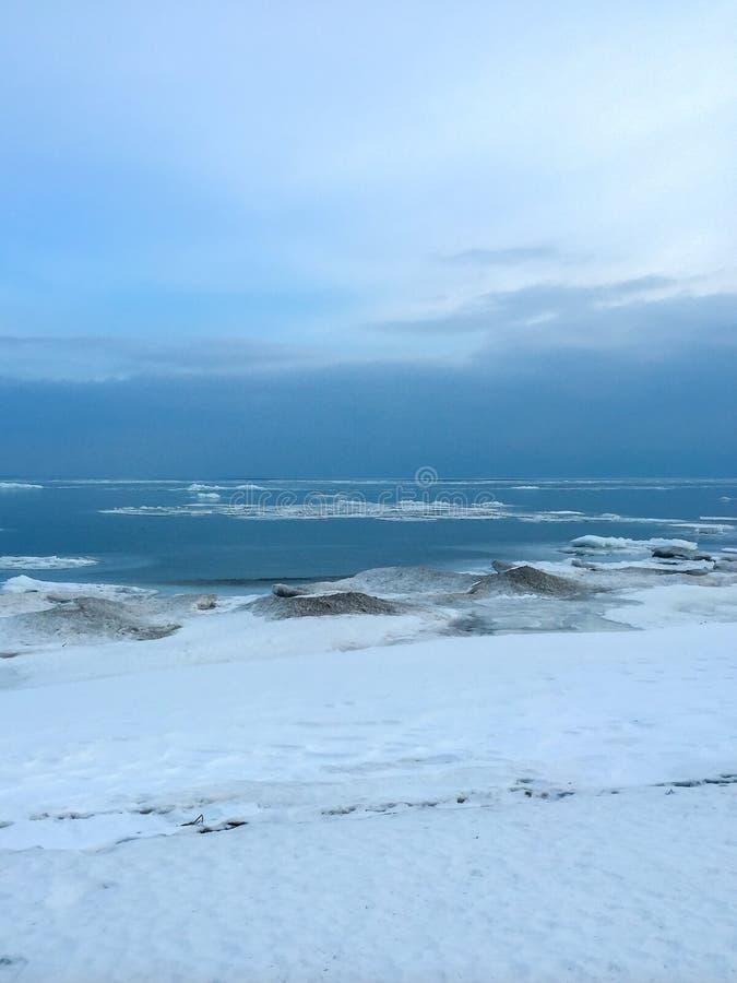 Blauwe ijsscherven op de kust van Meer Michigan in het Hogere Schiereiland van Michigan royalty-vrije stock afbeelding